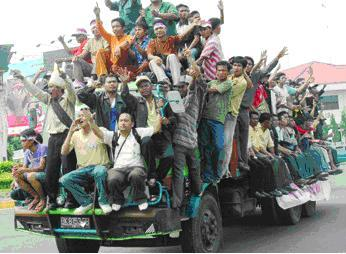 Massa Warga Tapanuli Tengah pendukung Protap. Massa Pendukung Protap disebut 'Gerombolan' oleh M.Hanafiah Harahap, anggota DPRD Sumut.