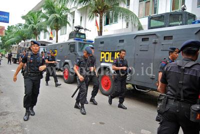 Puluhan petugas dari Brimob diturunkan untuk pengamanan kericuhan yang terjadi di dalam ruang tahanan Pengadilan Negeri Medan, Kamis (16/7). Puluhan terdakwa yang ricuh tersebut akhirnya dipulangkan ke LP dan dikawal oleh petugas dari Brimob