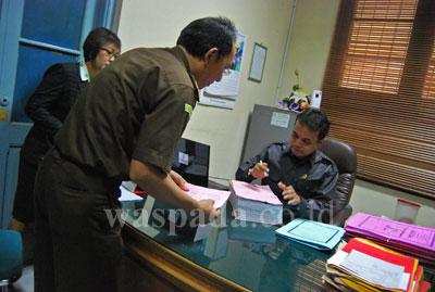 Seorang pegawai Kejaksaan Negeri Medan memberikan delapan berkas Chandra Panggabean Cs. kepada Panitra/Sekretaris Pengadilan Negeri (PN) Medan, Selasa (14/7). Dalam berkas terdapat delapan berkas perkara kasus pembentukan provinsi Tapanuli.
