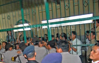 Puluhan terdakwa kasus pembentukan Protap mengamuk di ruang tahanan Pengadilan Negeri (PN) Medan, Kamis (16/7). Dalam kericuhan tersebut dua terdakwa kasus protap pingsan dan harus dibawa ke ruang Poliklinik PN Medan