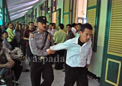 Salah seorang terdakwa kasus pembentukan Provinsi Tapanuli, menolak untuk disidang di Pengadilan Negeri Medan, Kamis (16/7). Akibat ulahnya tersebut membuat puluhan terdakwa lainnya mengamuk di Ruang Tahanan Tunggu PN.