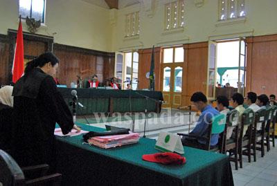 Tengku Adlina, Jaksa Penuntut Umum (JPU) membacakan tuntutan kepada enam terdakwa kasus demo anarkis beberapa bulan yang lalu yang menewaskan Ketua DPRD SU, Selasa (14/7). Dalam tuntutannya, JPU meminta, agar terdakwa dihukum selama 7 tahun penjara.