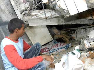Menunggui rumah roboh-gempa 7,6 SR; Liputan6.com
